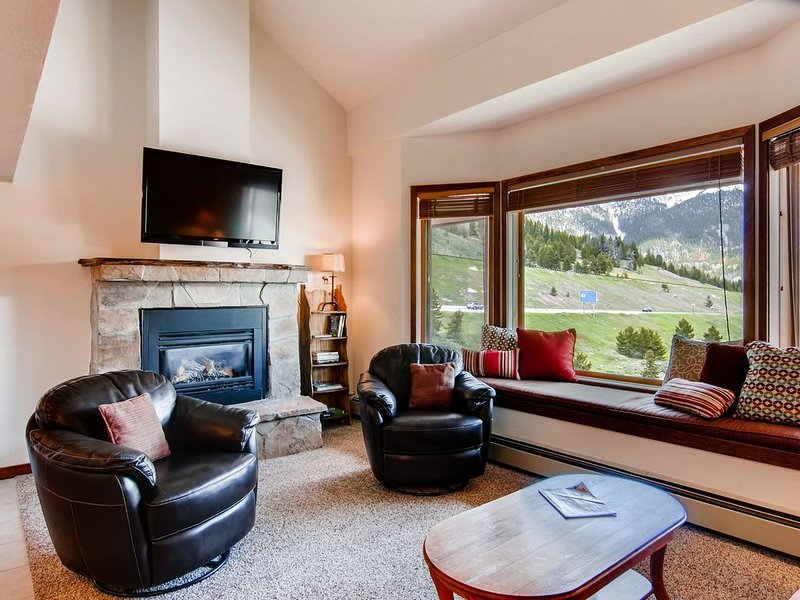Bright condo across from Copper's village. 3 min walk to lifts, holiday rental in Frisco