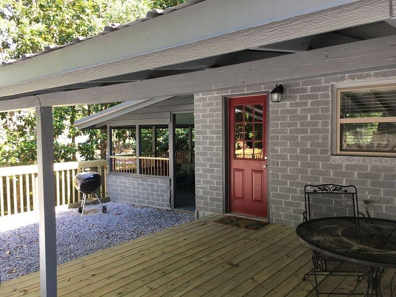 Azalea Cottage - Ocean Springs perfect location! 3 blocks to beach & downtown!!!, holiday rental in Ocean Springs