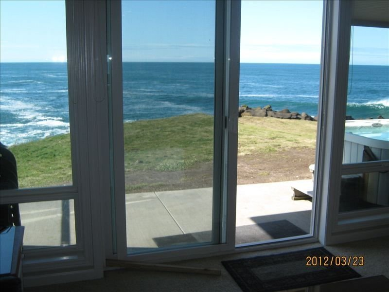 Whales! Direct Oceanfront -5* Rated -  Private Hot Tub - 3 Bedrooms  - Pool, location de vacances à Depoe Bay