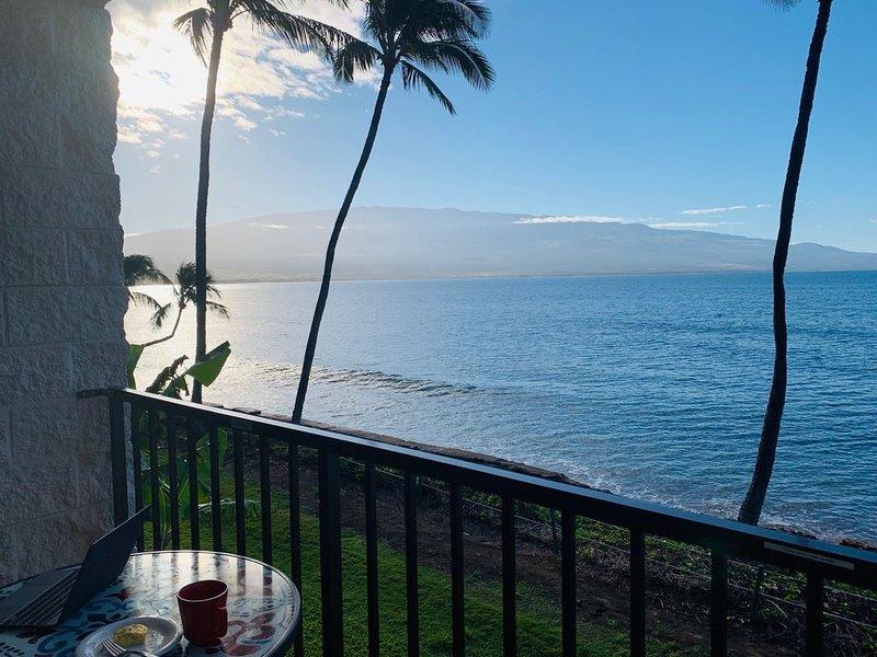 2BR/2BA, Direct Oceanfront Condo w/ Superior Views. Remodeled, A/C, Sleeps 6., Ferienwohnung in Wailuku