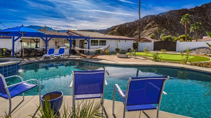 New mission style remodel, 3 patios, large pool, and putting green on extra lot, holiday rental in La Quinta