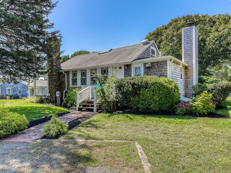 Adorable cottage w/ access to a shared pool, tennis courts, & picnic area, alquiler de vacaciones en Oak Bluffs