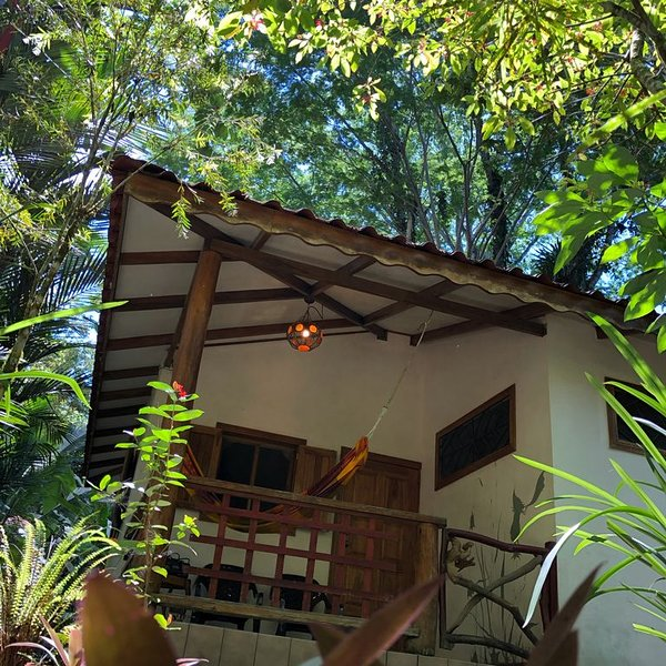 Cozy Jungle bungalow just 200m from Beach!, holiday rental in Hone Creek