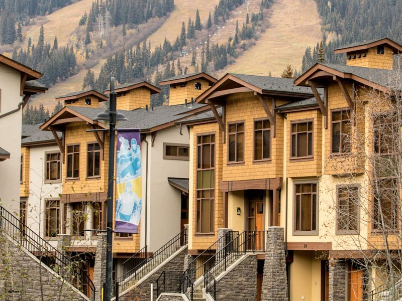 New Townhouse at SunPeaks Village Walk, alquiler vacacional en Sun Peaks