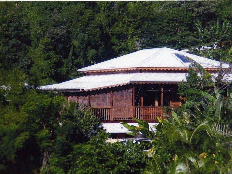Villa en bois rouge, piscine, jardin créole, dominant la mer Caraïbes, location de vacances à Guadeloupe