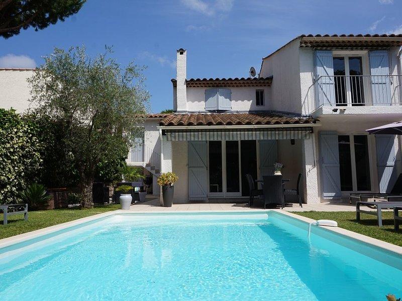 Belle villa moderne avec piscine au sel dans la verdure, location de vacances à Valbonne