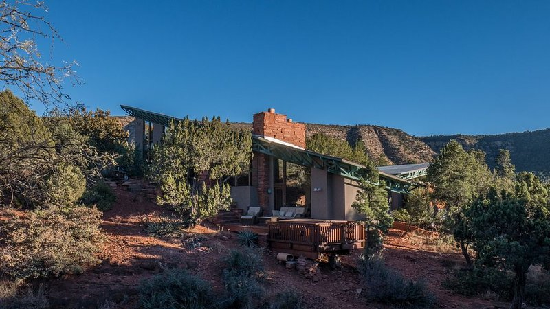 New! View Home with Hot Tub in Quiet Area surrounded by Pines and Red Rocks!, alquiler de vacaciones en Sedona