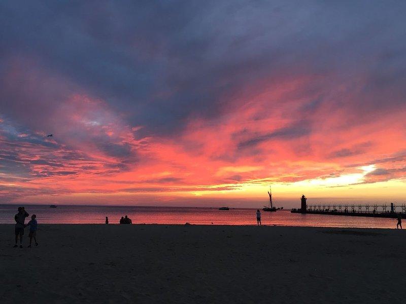South Beach - nur einen kurzen Spaziergang entfernt. South Haven Sonnenuntergänge sind immer unglaublich!