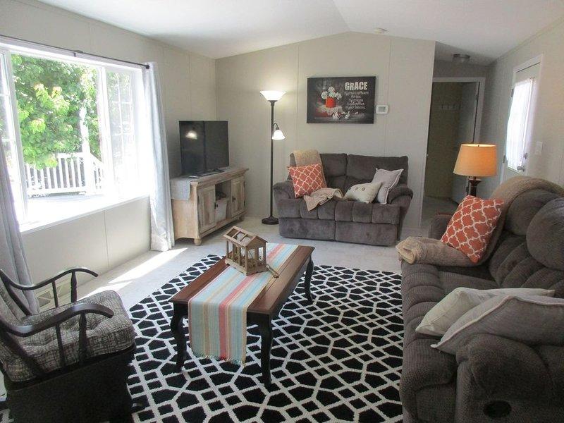 Sala de estar; inclui tela grande e janela ampla