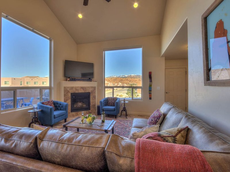 Family Friendly, Great Views, 2 King Beds, Main Flr Mstr, Pool (seasonal) & Spa, vacation rental in Moab