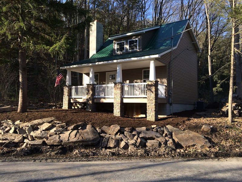Clean!! Charming Cottage! Waterviews, WiFi, Apple TV,  Outdoor Firepit, vacation rental in Allenwood