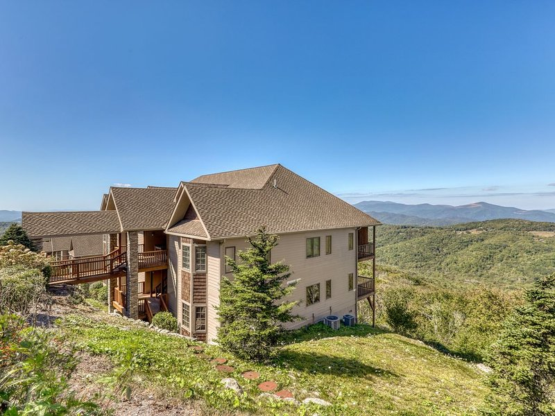 Mountain vista deluxe condo w/updated furnishings, wide views, & stone fireplace, holiday rental in Sugar Mountain