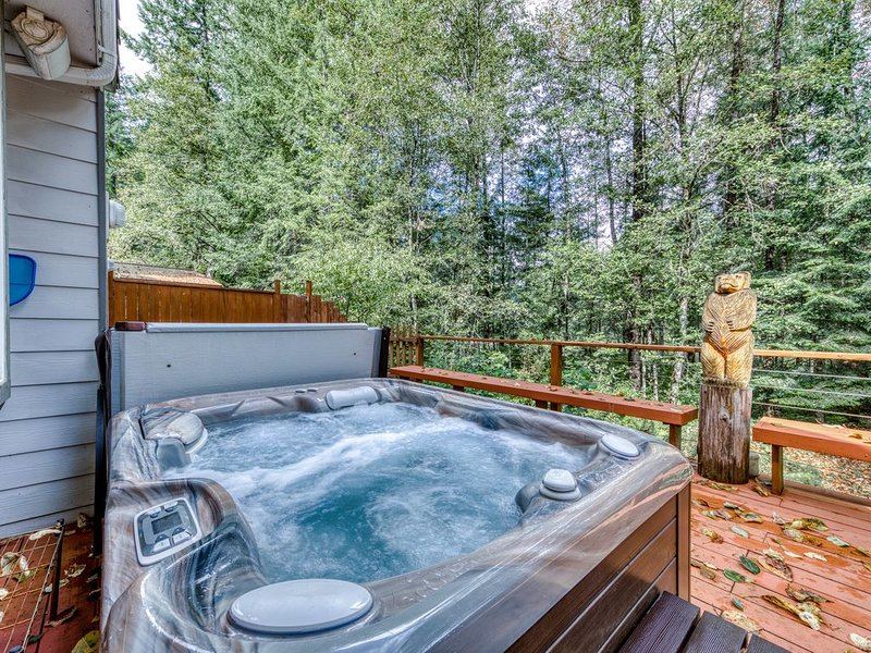 Spacious, updated home w/ a private hot tub & Sandy River access!, holiday rental in Sandy