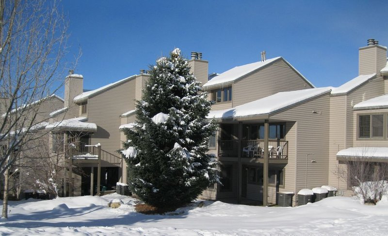 SPECIAL HOLIDAY RATE! On free city bus route! Lots of amenities!, vacation rental in Oak Creek