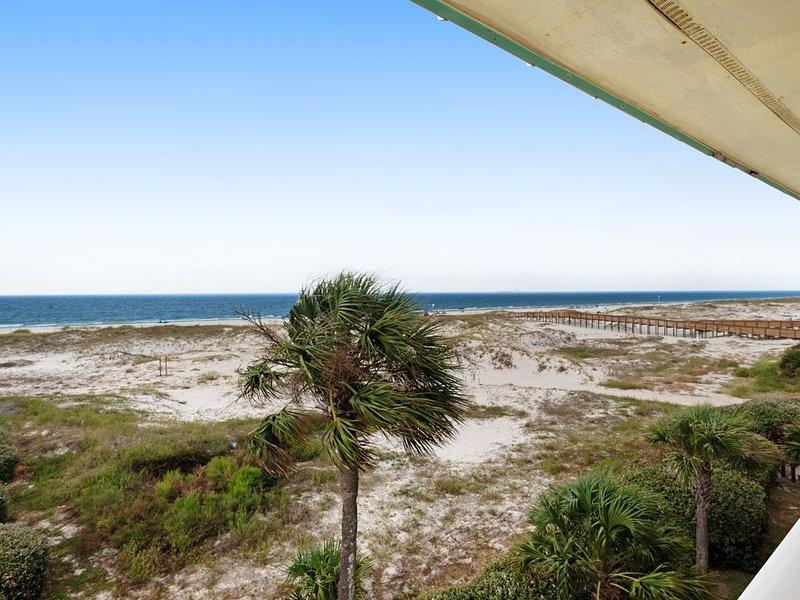 Cozy, waterfront Gulf condo w/ beach access, shared pool & hot tub, Ferienwohnung in Gulf Shores