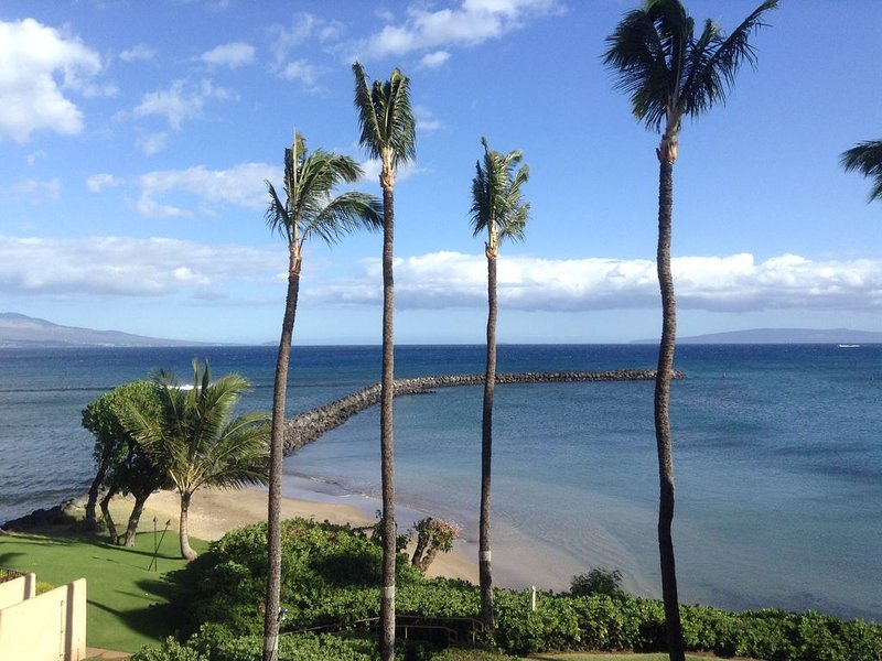 Enjoy a Spectacular Oceanfront View while relaxing on the lanai, Ferienwohnung in Wailuku