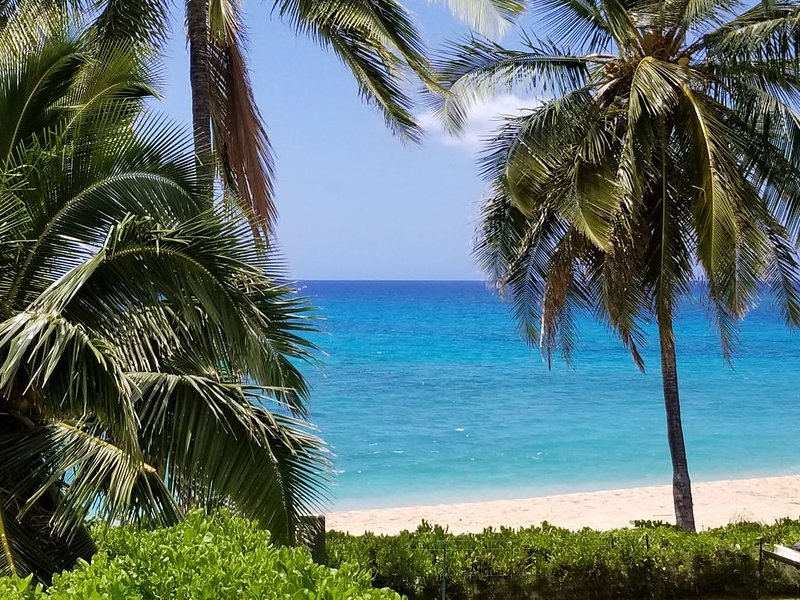 BEACH HOUSE on Scenic Makaha Beach with Free High Speed WIFI and Onsite Parking, alquiler de vacaciones en Waianae
