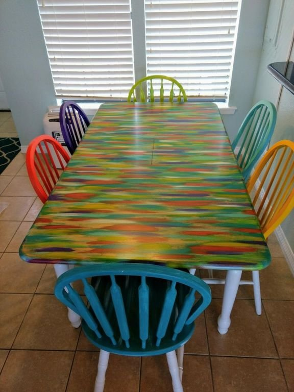 Mesa de comedor recién pintada.