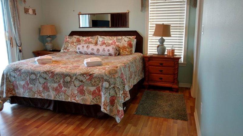 Dormitorio principal, nivel principal. Cama súper cómoda y fantásticas vistas al agua