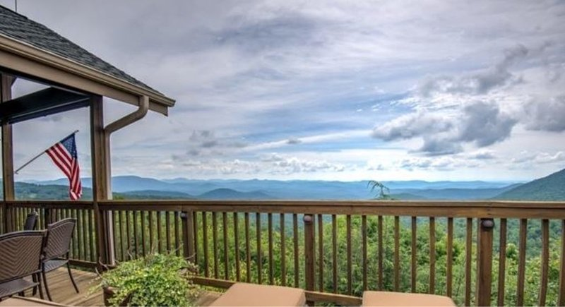 LUXURY HOME WITH UNOBSTRUCTED, LONG-RANGE VIEWS, CLOSE TO MAIN ST HIGHLANDS, vakantiewoning in Rabun County