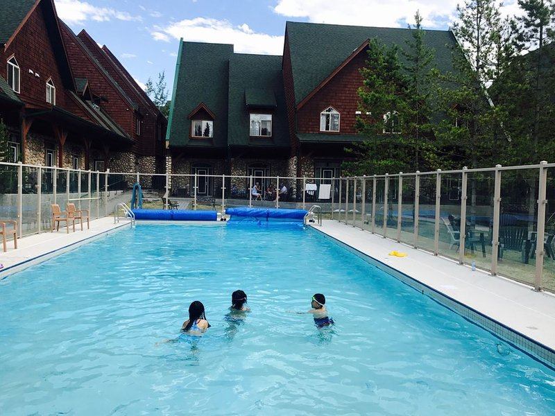 Hot Tub + Heated Pool are open!2 Storey luxury Chalet, 2 BR, 2 BA!, alquiler de vacaciones en Kananaskis Country