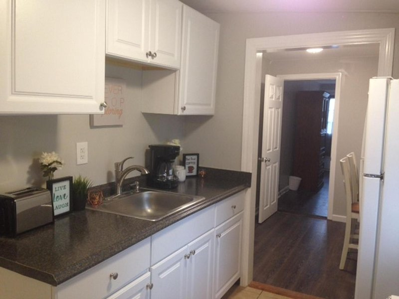 Updated cottage ...  just steps from the beach, vacation rental in Hampton