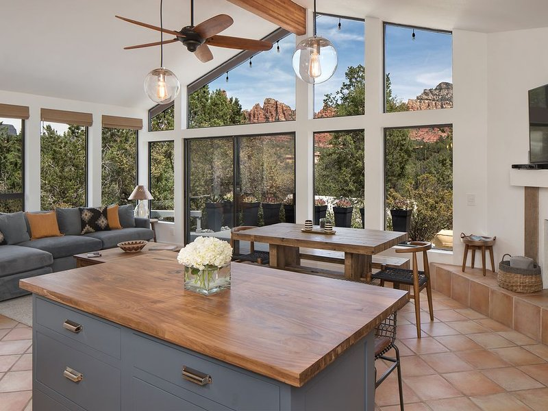 BRAND NEW REMODELED HOME WITH STUNNING VIEWS!!!, holiday rental in Sedona
