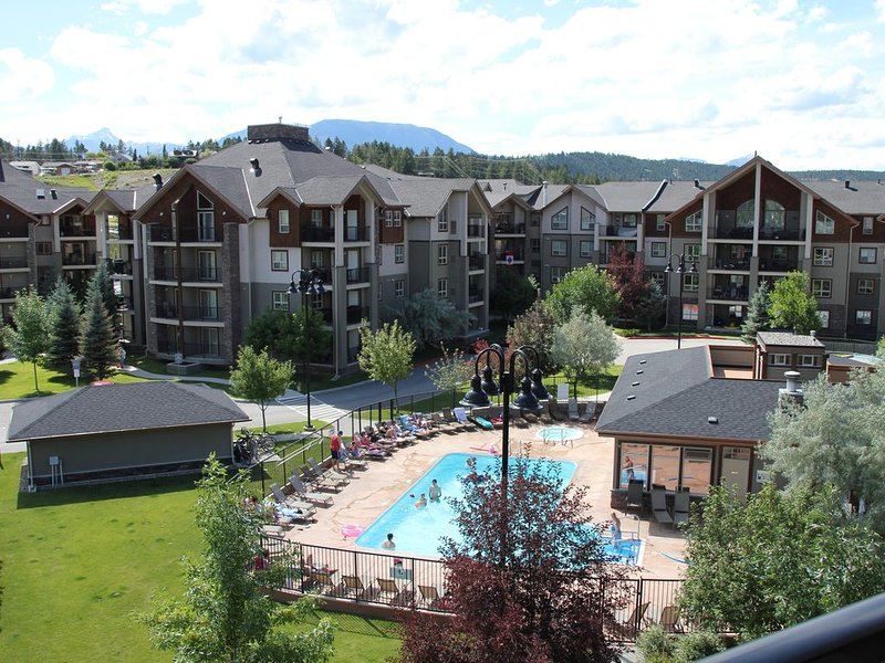 Invermere *Amazing Views* 3 BR Penthouse Lake-Front Resort Condo, casa vacanza a Invermere