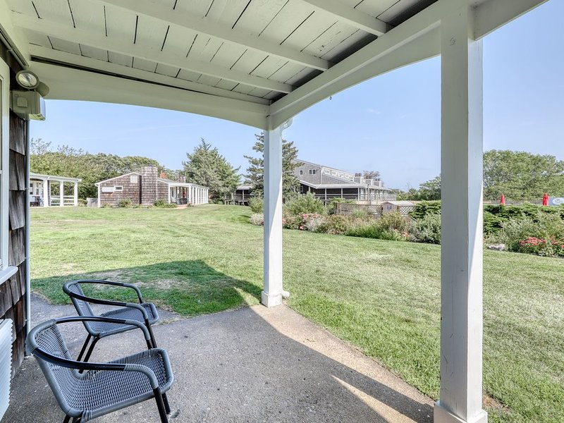 Cozy, dog-friendly condo by the sea with a shared pool, tennis, picnic area, alquiler de vacaciones en Oak Bluffs