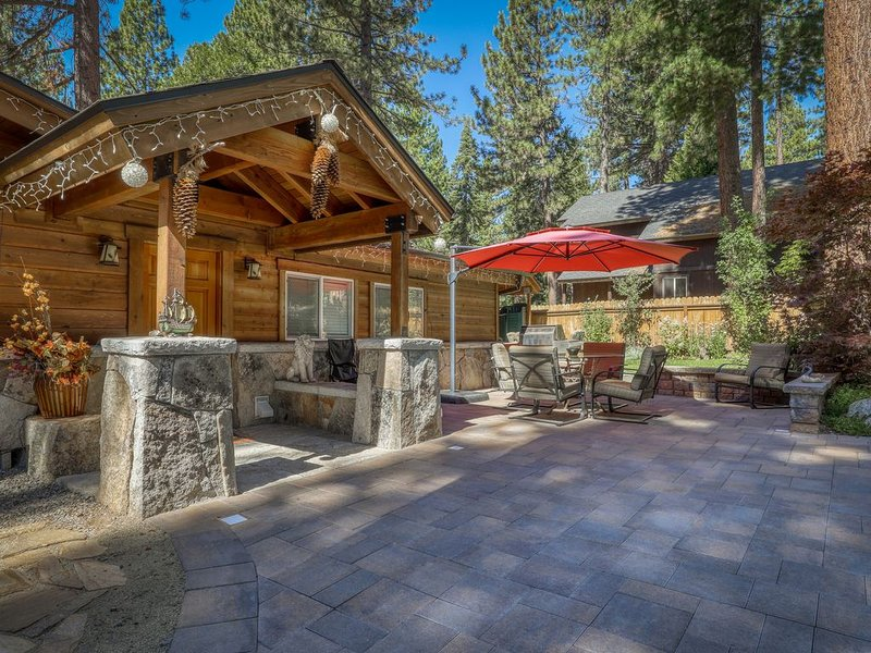 Bright, family-friendly alpine getaway w/ private hot tub - near lake & skiing!, alquiler de vacaciones en Kings Beach