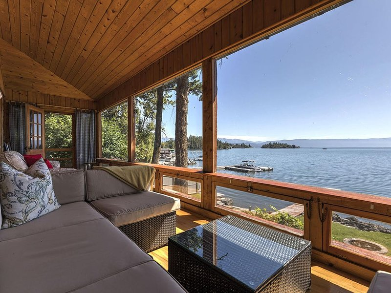 1940 Lake Cabin with stunning views of Flathead Lake and the Mission Mountains., location de vacances à Somers