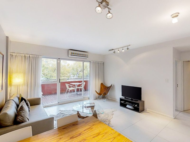 Charming one-bedroom rental w/ a modern kitchen & concierge service, alquiler de vacaciones en Buenos Aires