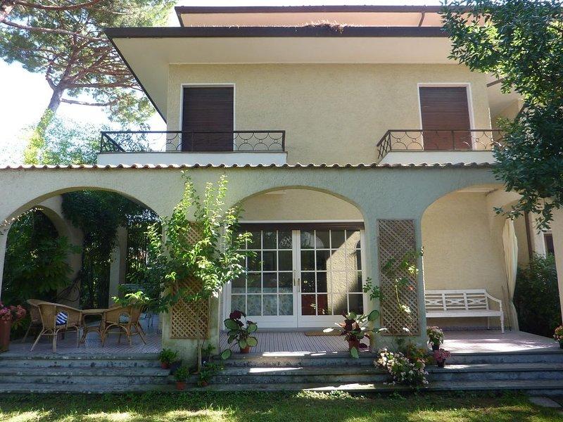 Casa di 2 piani con ampio giardino, vacation rental in Tonfano