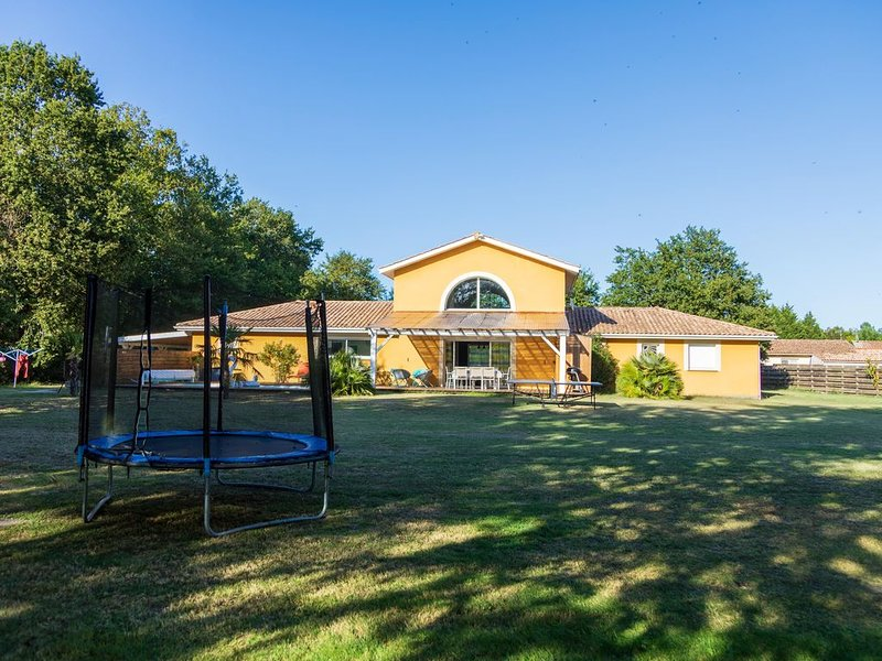 Grande maison avec jardin, piscine chauffée et spa proche de l'Océan et du lac, holiday rental in Saint Isidore