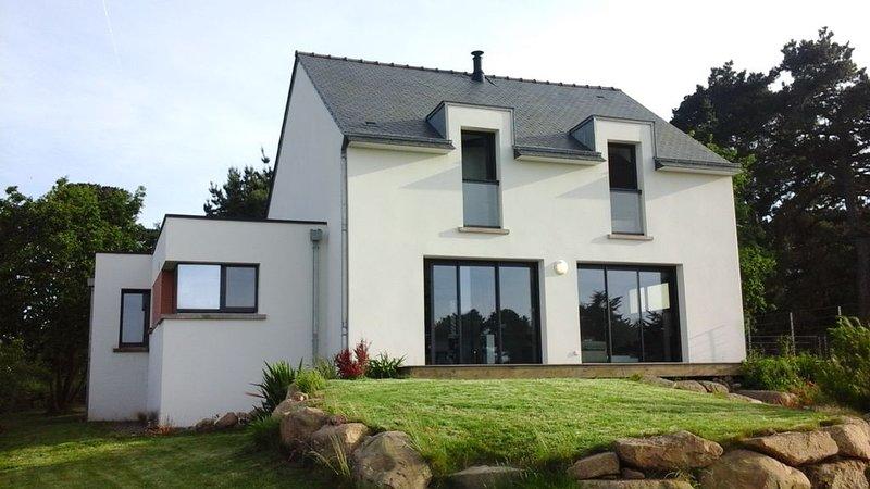 Maison contemporaine, vue sur mer de toutes les pièces, terrasse et jardin, alquiler vacacional en Penvenan