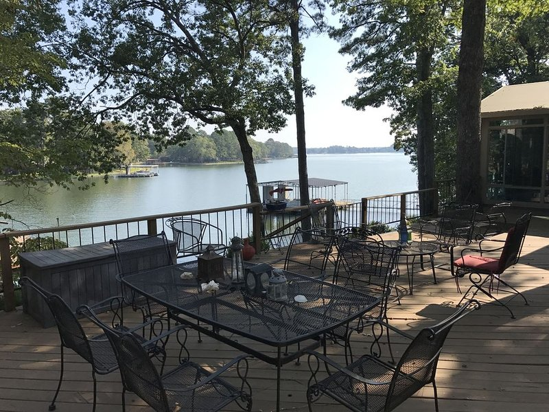House on Lake Hamilton Sleeps 17 in beds, holiday rental in Pearcy
