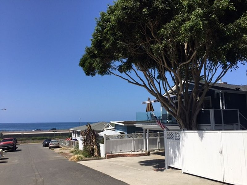 Beautiful Newly Remodeled Ocean View Home near Rincon Beach! Beach Access!, location de vacances à Ventura
