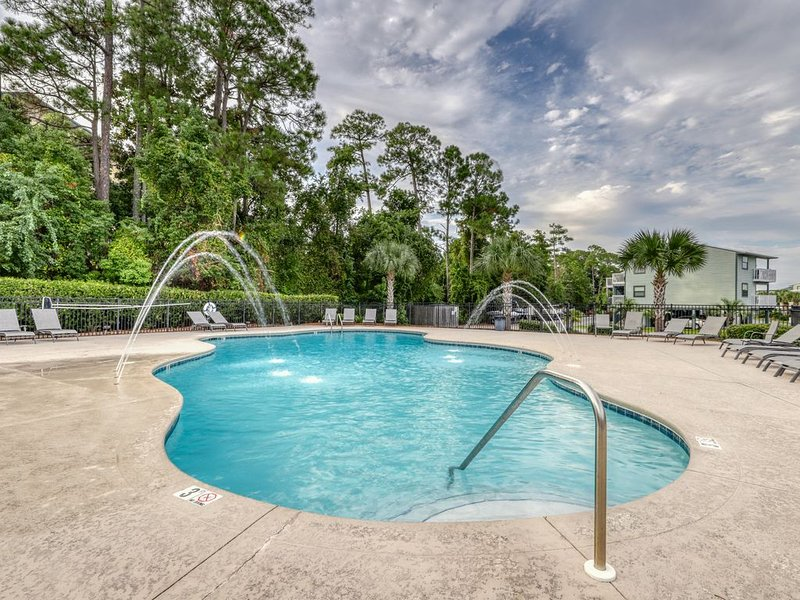 Updated condo on Wolf Bay w/ shared pool, tennis, and boat launch!, holiday rental in Elberta