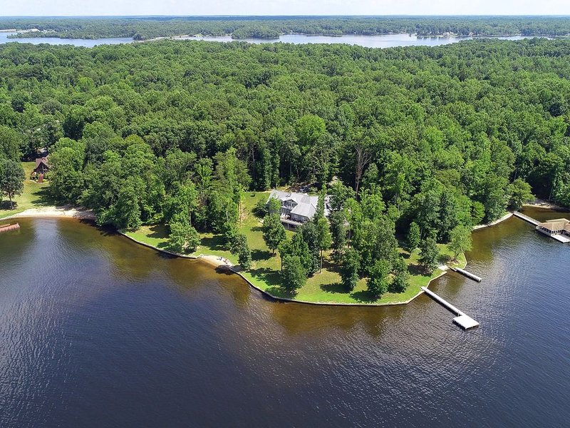 Gorgeous lakefront home w/ multiple fireplaces, game room, theater & beach!, casa vacanza a Bumpass
