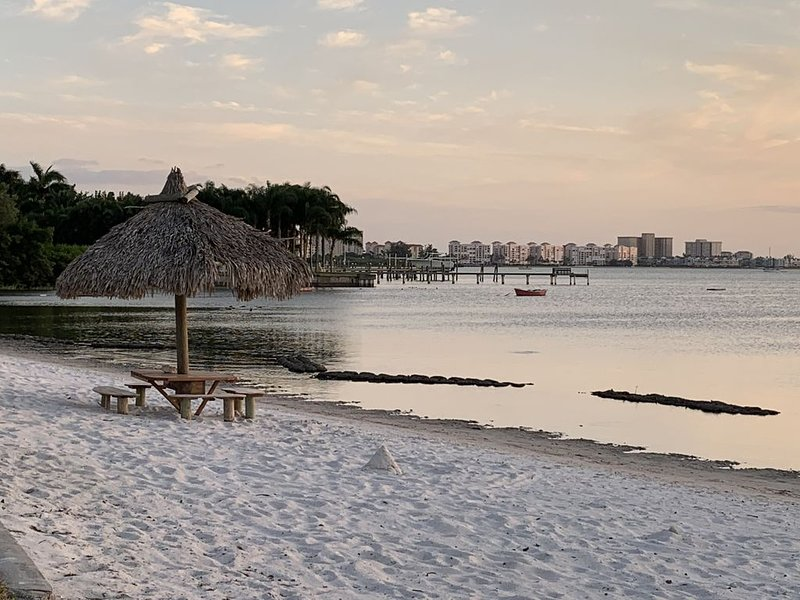Gorgeous Condo in Waterfront Beach Complex! Top (2nd) Floor, holiday rental in St. Petersburg