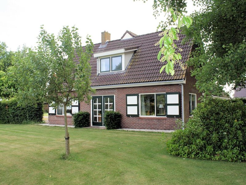 Detached atmospheric farmhouse with large garden and privacy near Dalfsen, vacation rental in Overijssel Province