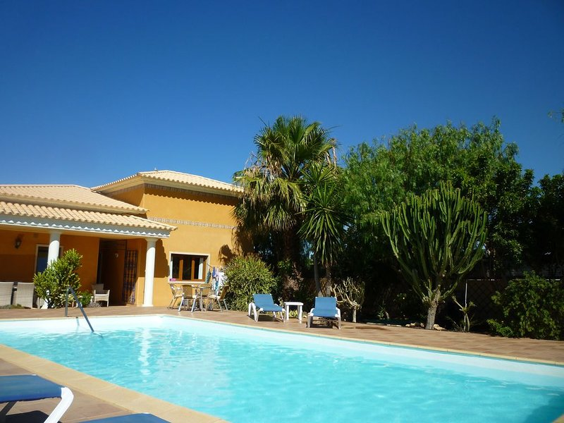 Luxury Villa With Private Heated Pool and Hot Tub. 10/15 mins from coast, holiday rental in Valles de Ortega