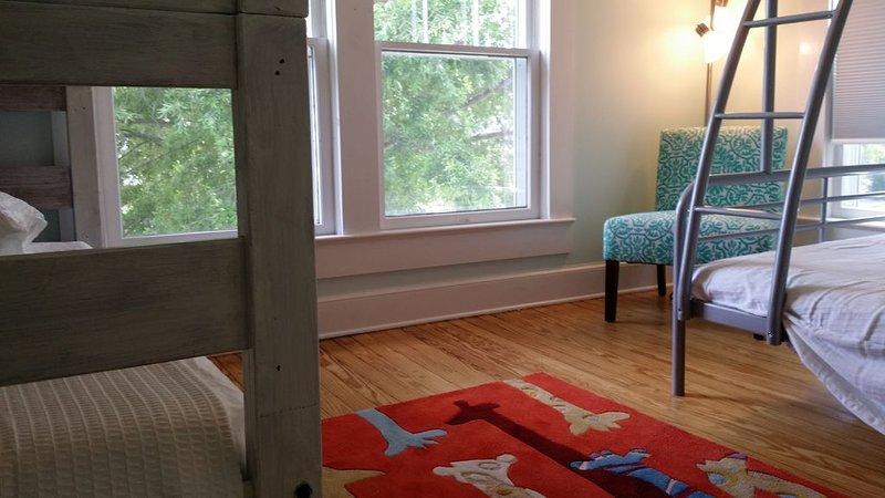 """""""barns sovrum"""" - enkel-över-dubbelsäng, plus ytterligare en våningssäng"""