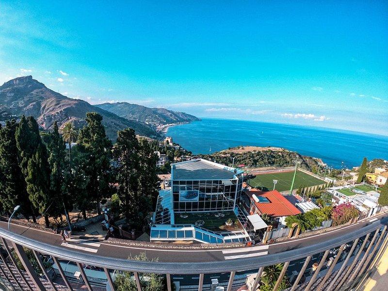 Villa Maremonti - Con grande terrazza e splendida vista mare - Taormina Centro, vacation rental in Taormina