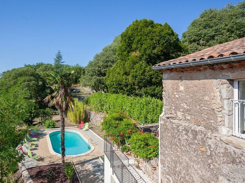 Gite 120 m2  avec piscine privée dans un Mas  du 19ème au coeur de la nature, aluguéis de temporada em Le Martinet