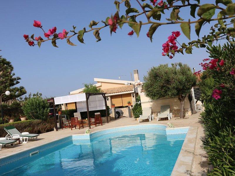 Villa con piscina fronte mare, per chi ama tranquillità e privacy, casa vacanza a Marzamemi