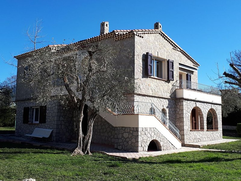 Beautiful Stone Villa Provencale with Great Pool and Pool House, location de vacances à Grasse
