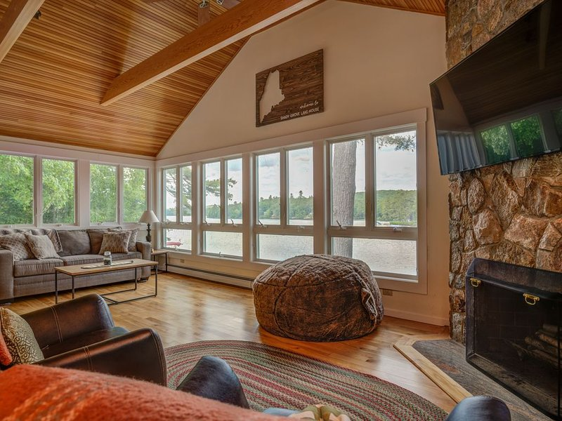 Little Sebago Lake - Beautiful two-level lakefront home with stunning views, alquiler de vacaciones en Pownal