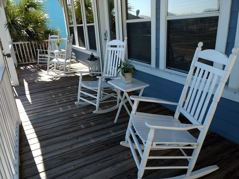 3 King Beds/2 Bunks Sleeps 10;  All Beach Amenities Provided! NO Hidden Fees!, vacation rental in Gasque