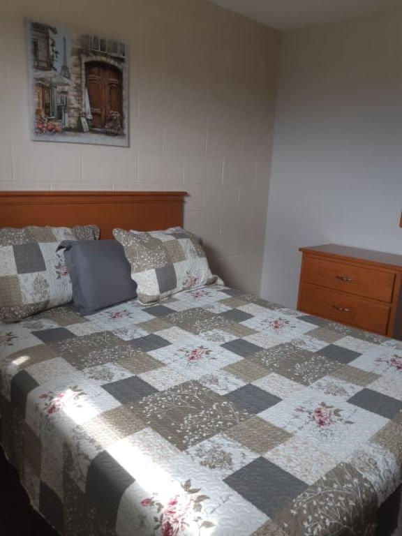 bedroom with 1 queen bed